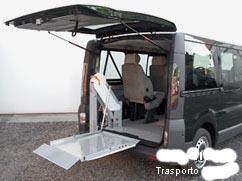 veicolo con sollevatore per carrozzine