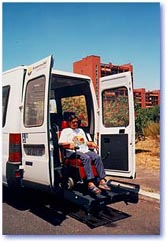 Una persona in carrozzina utilizza un pulmino con sollevatore