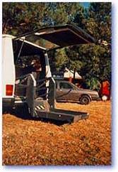 Una pedana sollevatrice su un furgone
