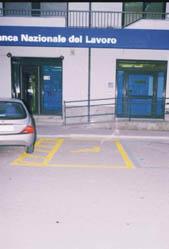 parcheggio riservato e rampa di accesso alla banca
