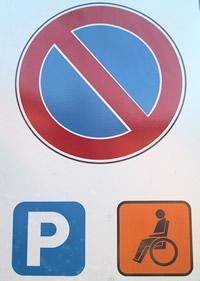 cartello stradale divieto di sosta con deroga per titolari di contrassegno