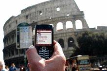 un cellulare sullo sfondo del colosseo