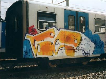 un treno della linea b della metropolitana di roma